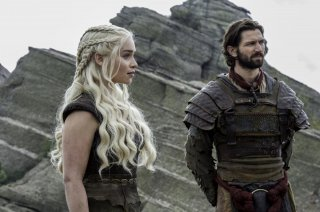 Il trono di spade: Emilia Clarke e Michiel Huisman in The Door
