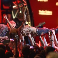 Iggy Pop: Live in concerto Basilea 2015, Iggy Pop sostenuto dai suoi fan durante il concerto