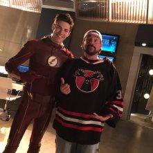 The Flash: Kevin Smith e Grant Gustin sul set di The Runaway Dinosaur