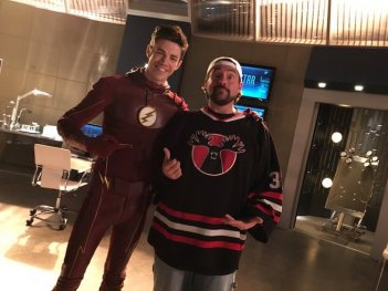 The Flash: Kevin Smith e Grant Gustin sul set di The Runaway Dinosaur