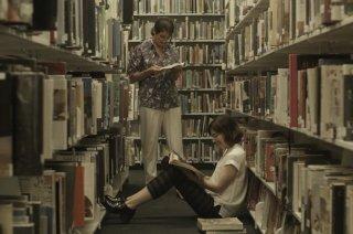 Transparent: Gaby Hoffmann e Carrie Brownstein in una foto della seconda stagione