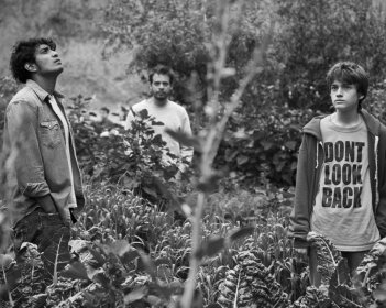 Güeros: Sebastián Aguirre, Tenoch Huerta e Leonardo Ortizgris in una scena del film