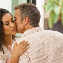 Mother's Day: Shay Mitchell e Timothy Olyphant in una scena del film