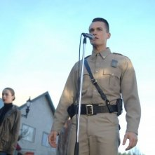 Wayward Pines 2: Tom Stevens e Kacey Rohl in una scena di Enemy Lines della seconda stagione