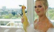 Margot Robbie fa il bagno nuda e vi spiega cos'è il Red Nose Day