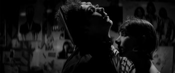A Girl Walks Home Alone at Night: un'immagine del film