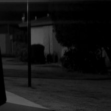 A Girl Walks Home Alone at Night: Sheila Vand in una scena del film