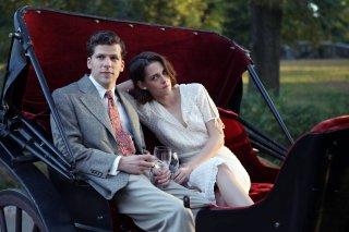 Café Society: Kristen Stewart e Jesse Eisenberg insieme in un momento del film