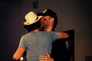 The Vampire Diaries: Ian Somerhalder abbraccia Matt Davis durante la Love and Blood convention