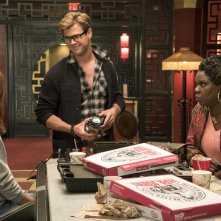 Ghostbusters: Chris Hemsworth, Leslie Jones e Kristen Wiig in una scena del film