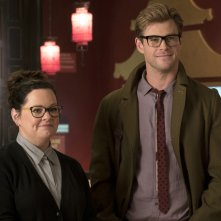 Ghostbusters: Melissa McCarthy e Chris Hemsworth in una scena del film