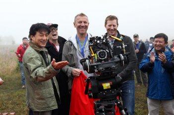 Skiptrace: il regista Renny Harlin e Jackie Chan sul set
