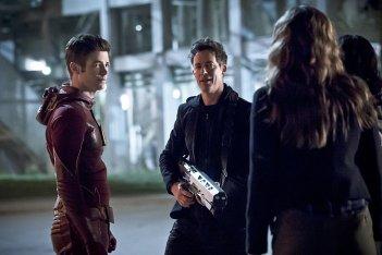 The Flash: gli attori Grant Gustin e Tom Cavanagh nell'episodio The Race of His Life