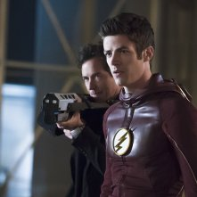The Flash: gli attori Grant Gustin e Tom Cavanagh nella puntata The Race of His Life