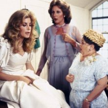 Sixteen Candles: Blanche Baker, Carlin Glynn e Zelda Rubinstein in una scena