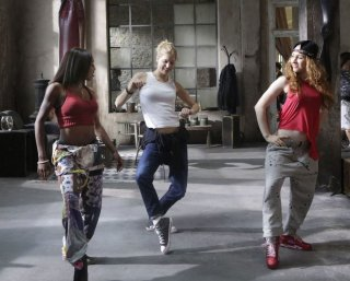 New York Academy: Keenan Kampa danza insieme a due sue compagne in una scena del film