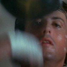Rocky: un primo piano di Sylvester Stallone mentre si allena al sacco