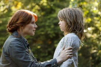 Il drago invisibile: Bryce Dallas Howard e Oakes Fegley in una scena del film