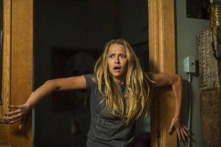 Lights Out - Terrore nel buio: Teresa Palmer terrorizzata in una scena del film