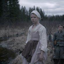 The Witch: Anya Taylor-Joy e Harvey Scrimshaw in una scena del film