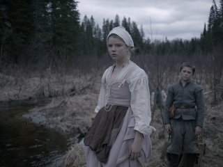 The Witch: Anya Taylor-Joy e Harvey Scrimshaw in una scena del film