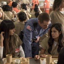 Orange is the New Black: le attrici Jackie Cruz e Diane Guerriero in una foto della quarta stagione