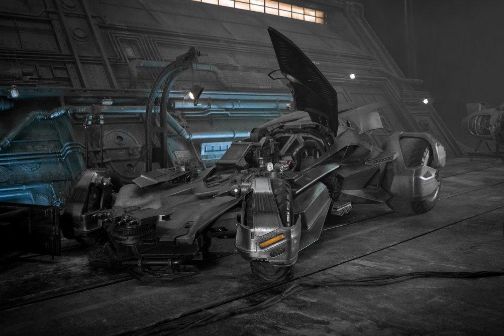 Justice League: una foto della Batmobile