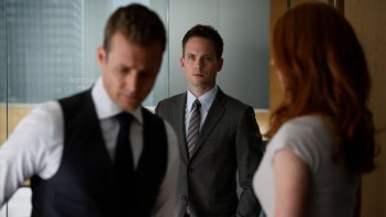 Suits: Patrick J. Adams, Gabriel Macht e Sarah Rafferty in una scena della serie