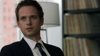 Suits: Patrick J. Adams in un'immagine tratta dalla serie