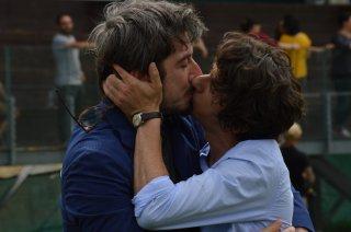 I Babysitter: un bacio appassionato tra Paolo Ruffini e Francesco Mandelli sul set del film