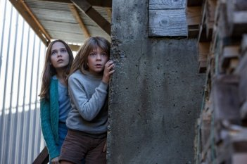 Il drago invisibile: Oona Laurence e Oakes Fegley in una scena del film