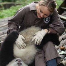 Sneezing Baby Panda: Amber Clayton scherza con il panda in un momento del film