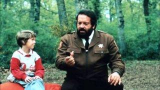 Uno sceriffo extraterrestre... poco extra e molto terrestre: Bud Spencer in una scena del film con il bambino co-protagonista