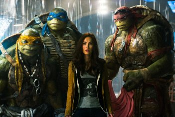 Tartarughe Ninja: Megan Fox con le tartarughe in una scena del film