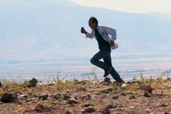 Il vento ci porterà via, una scena del film di Kiarostami
