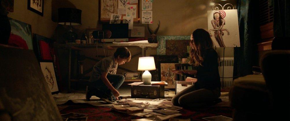 Lights Out - Terrore nel buio: Gabriel Bateman e Maria Bello in una scena del film