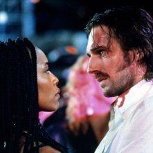 Angela Bassett con Ralph Fiennes in Strange Days