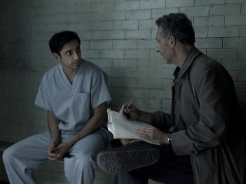 TheNight Of: Riz Ahmed e Joh Turturro in una scena