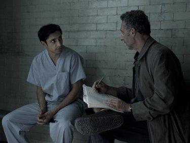 TheNight Of: Riz Ahmed e Joh Turturro in una scena
