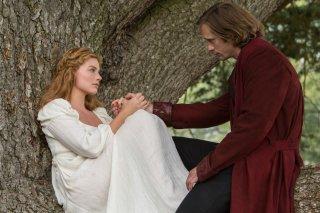 The Legend of Tarzan: Margot Robbie insieme ad Alexander Skarsgård in un momento del film