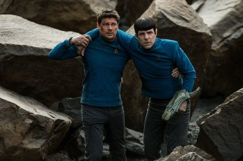 Star Trek Beyond: Karl Urban e Zachary Quinto in difficoltà