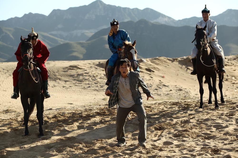 Skiptrace - Missione Hong Kong: Jackie Chan inseguito da tra uomini a cavallo