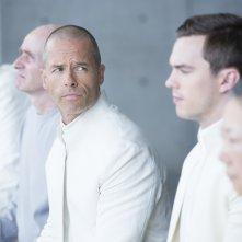 Equals: Guy Pearce e Nicholas Hoult in una scena del film