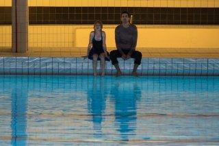 L'effetto acquatico: Samir Guesmi e Florence Loiret Caille in un momento del film