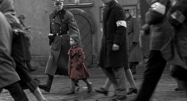 Bambina ebrea in mezzo ad altri deportati in una sequenza di Schindler's List