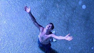 Tim Robbins in una scena di Le ali della libertà, tratto da un racconto di Stephen King che fa parte della racconta Stagioni Diverse