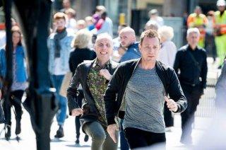 T2: Trainspotting 2 - Ewan McGregor ed Ewen Bremmer corrono durante una scena sul set di Edimburgo
