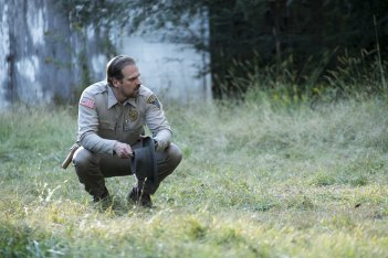 Stranger Things: David Harbour in una scena della serie