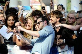 Nicholas Hoult fa i selfie sul blue carpet di Giffoni Experience 2016