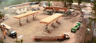 Brivido: l'assalto dei camion in una scena del film
